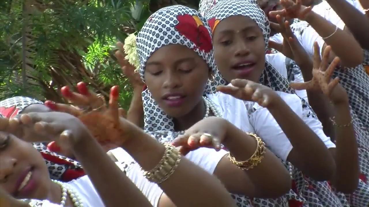 Jeunes femmes font une danse mahoraise Ralph Horvath